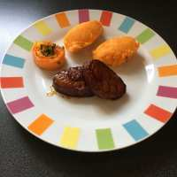 Grillade de porc, purée de carottes et sa rose