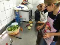 Aux légumes, on épluche, on émince,..