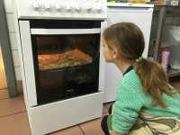 Lola surveille la cuisson des palmiers