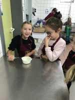 Rubie & Manon toute à leur joie culinaire !