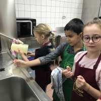 Tour de vaisselle pendant la cuisson des clafoutis